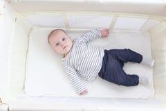 3 mois mignons de fille se situant dans la huche de voyage Photos libres de droits