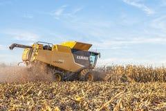 Moisson d'une culture de maïs de Midwest Images stock