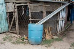 Moisson de l'eau de pluie, pénurie d'eau douce photos libres de droits