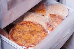 Moisson de la pizza dans le réfrigérateur Photos stock