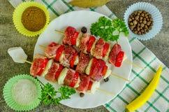 Moisson des chiches-kebabs sur un plateau Images libres de droits