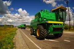 Moissonneuse conduisant sur la route goudronnée Photographie stock libre de droits