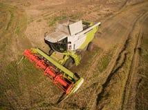 Moissonneuse de cartel moderne de vue courbe à moissonner le blé Image libre de droits