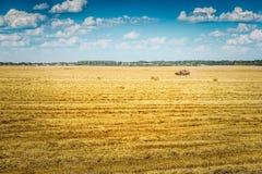 Moissonneuse de cartel de solitude sur le champ de blé au beau jour suuny images libres de droits