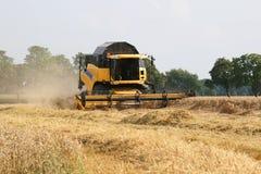 Moissonneuse de cartel sur un champ de blé images libres de droits