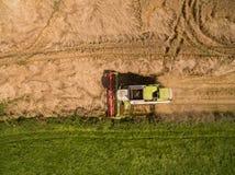 Moissonneuse de cartel - vue aérienne de moissonneuse de cartel moderne à moissonner le blé sur le champ de blé d'or pendant l'ét Image stock
