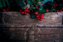 Moissonnez les baies rouges fraîches avec les feuilles vertes dans le panier en bois photo libre de droits