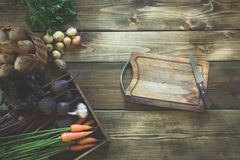Moissonnez les légumes frais de la carotte, betterave, l'oignon, ail sur le vieux conseil en bois Vue supérieure Copiez l'espace  Images stock