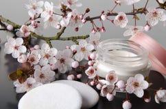 Moisturizing сливк с цветками Стоковые Фотографии RF