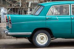 Moitié arrière ou arrière d'une voiture de vintage garée en dehors d'un travail de réparation Image libre de droits