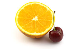 Moitié d'orange navel et cerise fraîche Image stock
