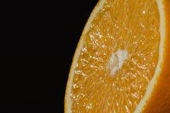 Moitié d'orange sur le fond foncé Photo stock