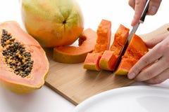 Moitié d'un fruit de papaye étant coupé en tranches Photographie stock