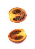 Moitié d'un fruit mûr de tamarillo d'isolement Photo stock