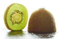 Moitié d'un kiwi et une tranche de kiwi Photo libre de droits