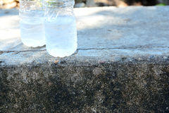 Moitié d'une bouteille de l'eau images stock