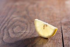 Moitié d'une tranche d'un citron Photographie stock