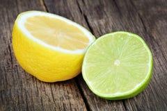 Moitié de chaux et de citron sur la table de vintage Image stock