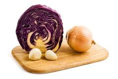 Moitié de chou rouge, oignon et deux clous de girofle d'ail Image stock