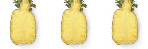Moiti? de l'ananas juteux m?r d'isolement sur le fond blanc photos stock