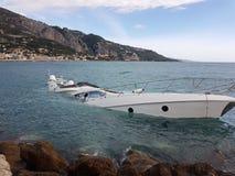 Moitié de luxe de yacht submergée photos libres de droits