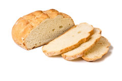 Moitié de pain rond coupé en tranches de blé blanc Images libres de droits