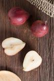 Moitié de poire rouge et de poire rouge sur la table en bois Vue supérieure Photos libres de droits