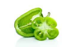 Moitié de poivron doux vert et de part fleur-formée Images libres de droits