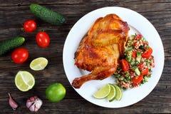 Moitié de poulet juteux grillé appétissant images libres de droits