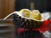Moitié du durian avec de la pulpe jaune tendre à l'intérieur Image stock