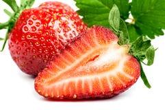 Moitié et une fraise avec une feuille d'isolement Image stock
