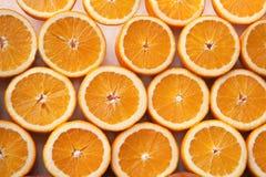 Moitié mûre fraîche de fruits oranges coupés Image stock
