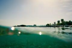 Moitié-moitié au-dessus et sous de la surface de l'eau Images libres de droits
