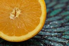 Moitié orange juteuse et succulente sur Teal Beaded Mat photographie stock libre de droits