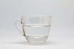 Moitié par en verre de l'eau photographie stock