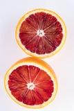 2 moitiés d'une orange de blookd de coupe d'isolement sur le blanc Photo libre de droits