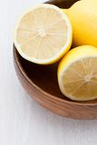 Moitiés de citron dans une cuvette en bois Image stock