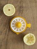 Moitiés de citron et presse-fruits de citron Images libres de droits