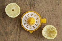 Moitiés de citron et presse-fruits de citron Images stock