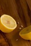 Moitiés de citron sur le fond de conseil en bois avec l'espace de copie Image stock
