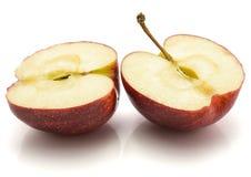 Moitiés de la pomme deux de gala d'isolement sur le fond blanc image stock