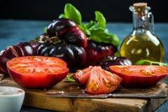 Moitiés de tomates de la Crimée pour la salade fraîche photo libre de droits