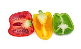 Moitiés des paprikas frais de vert, jaunes et rouges Photo stock