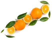 Moitiés et fruits oranges entiers Image stock