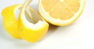 Moitié d'un citron peau tordue Photo libre de droits