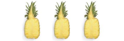 Moiti? de l'ananas juteux m?r d'isolement sur le fond blanc photo stock