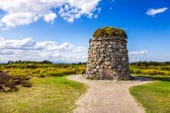 Mojón conmemorativo en el campo de batalla de Culloden imagenes de archivo