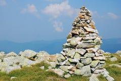 Mojón de piedra en una montaña Fotografía de archivo libre de regalías