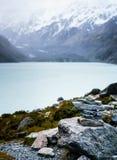 Mojón delante del lago y de las montañas hooker Imagen de archivo libre de regalías