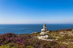Mojón en la costa costa de Bretaña, Francia Foto de archivo libre de regalías